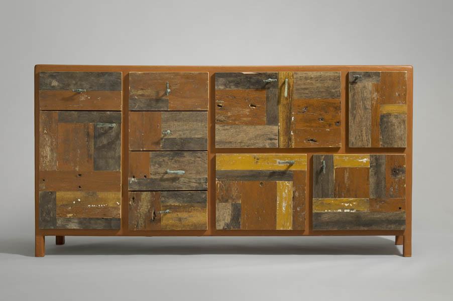 credenza finitura resina marrone e ante in legno di recupero
