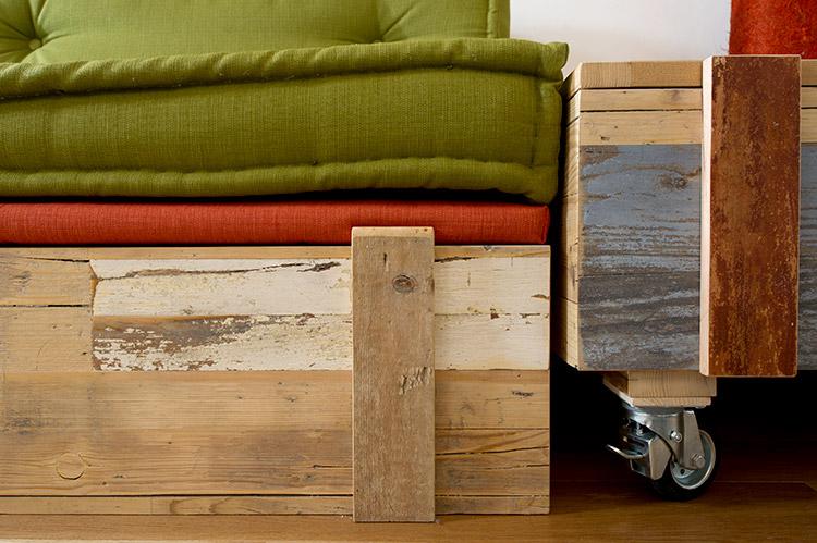 tavolino basso soggiorno in legno di recupero e ruote