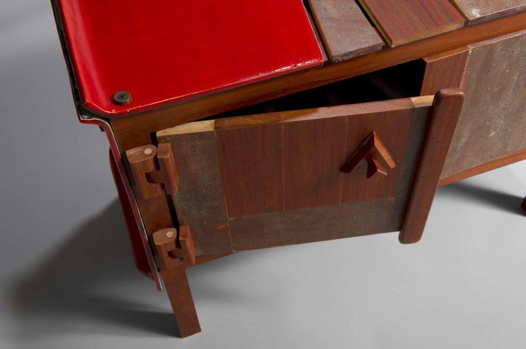 credenza legno ferro e ceramica rossa