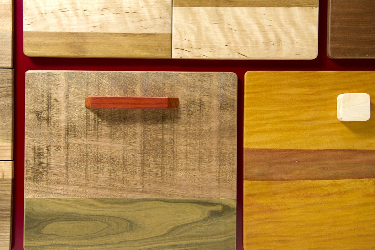 Credenza Patchwork massello e laccatura opaca rossa