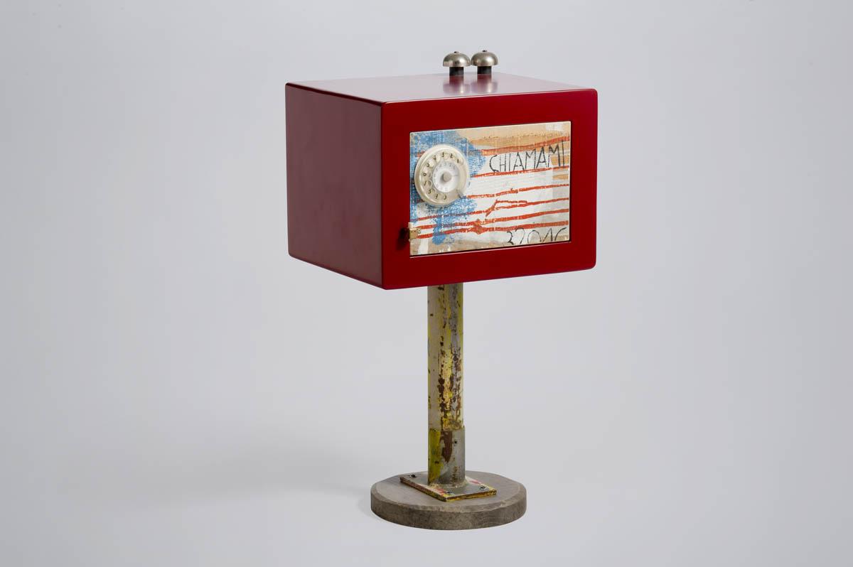 comodino rosso in legno telefono vintage