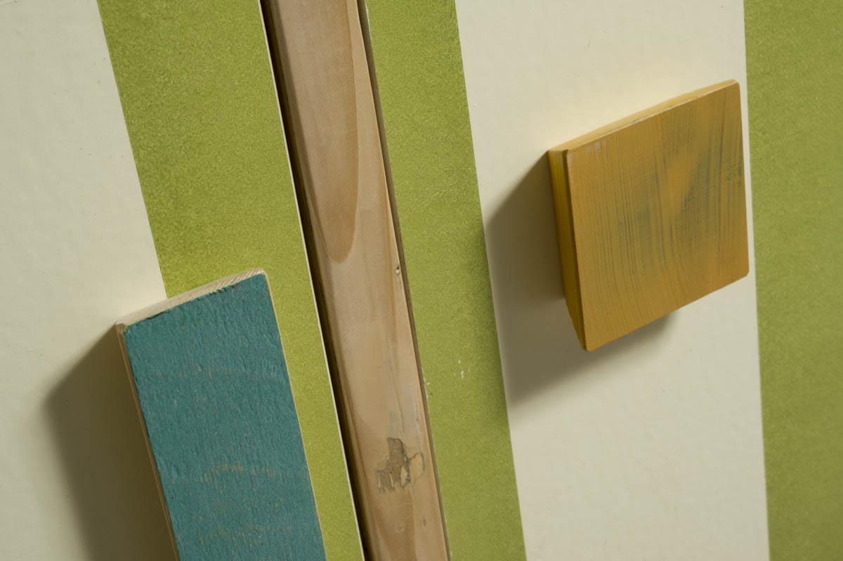 Credenza alta a strisce verde e beige